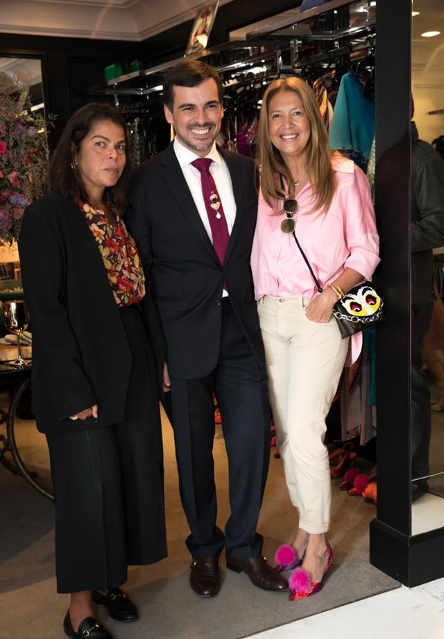 Sandro Barros com Daniela Falcão e Donata Meirelles (Foto: Cissa Sannomiya)