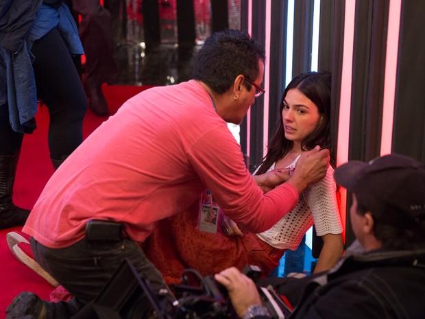 Equipe de maquiagem entra em ação para efeitos especiais! (Foto: Fábio Rocha/Gshow)