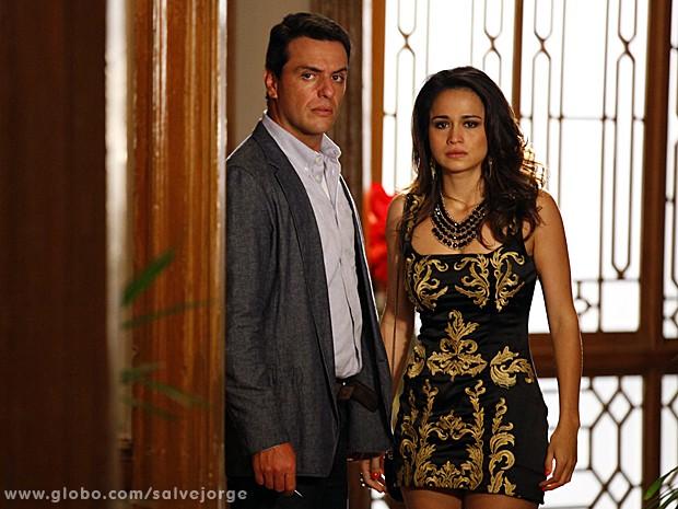 Sem paz! Théo e Morena encontram Lívia em hotel (Foto: Salve Jorge/TV Globo)