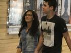 Lívian Aragão passeia com o namorado em shopping no Rio