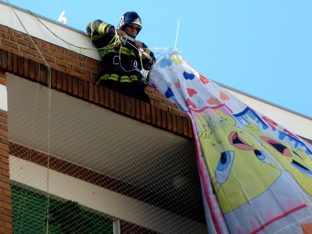 Bombeiro retira balão que caiu em prédio em Higienópolis (Foto: Marcello Sciarotta Zaveri/VC no G1)
