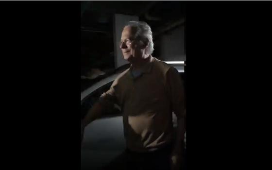 Imagem de um dos vídeos que mostra José Dirceu na garagem (Foto: reprodução)