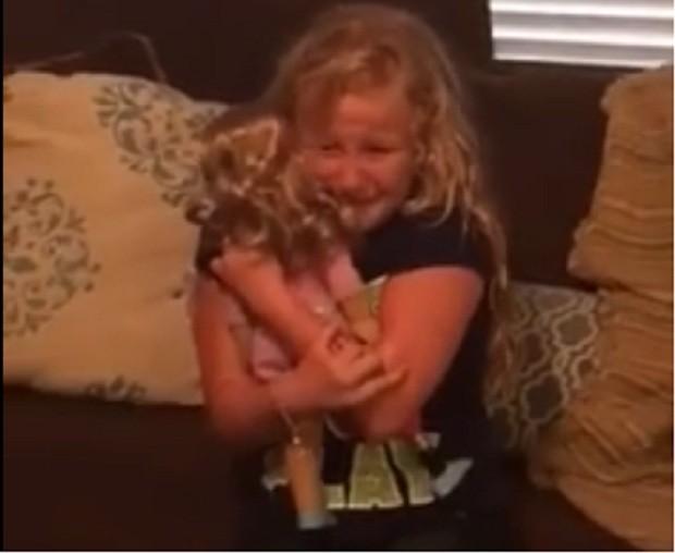 Emma abraça sua nova boneca (Foto: Reprodução Facebook)