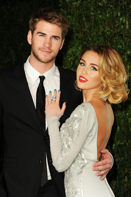 """O casal interrompeu o noivado em 2013, mas isso não significa que não se deram mais bem. Hemsworth disse ao Nylon Guys, """"Não há muito que dizer... Não houve nenhuma rispidez. Sempre seremos bons amigos"""". Do outro lado, Cyrus contou ao Australia's Sunday Night em setembro, """"Eu amo Liam. Liam me ama"""". (Foto: Getty Images)"""