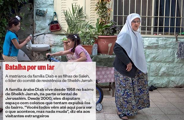 BATALHA POR UM LAR A matriarca da família Diab e as filhas de Saleh, o líder do comitê de resistência de Sheikh Jarrah (Foto: Bernat Armangue/ÉPOCA)