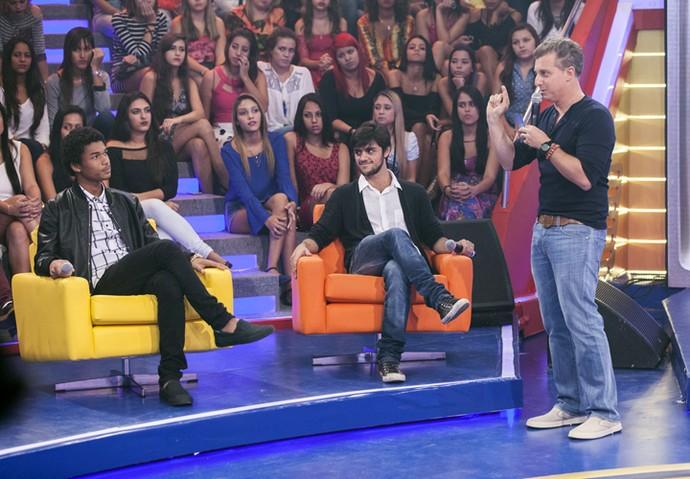 Juan Paiva e Felipe Simas conversam com Luciano Huck no 'Caldeirão' (Foto: Artur Meninea / TV Globo)