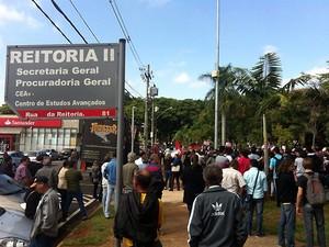 Funcionários e professores da Unicamp realizam ato em frente ao prédio da reitoria (Foto: Virgginia Laborão / G1 Campinas)