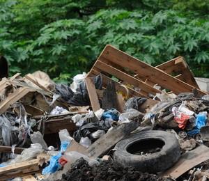Prefeitura de Duque de Caxias, no Rio, fecha lixão irregular no entorno do aterro de Gramacho, fechado em 2012 (Foto: Tânia Rêgo/ABr)