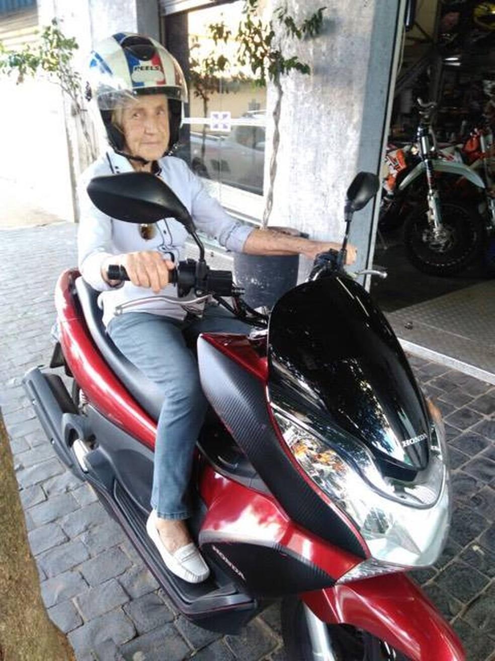A idosa se diverte nos momentos que acompanha o filho no mundo das motocicletas (Foto: Fausto Moura/ Arquivo Pessoal)