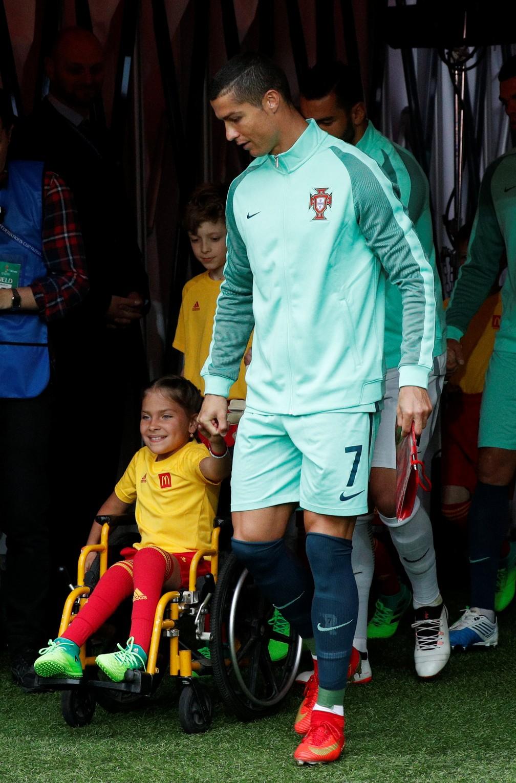 Cristiano Ronaldo entra em campo com mascote cadeirante em Rússia x Portugal pela Copa das Confederações (Foto:  REUTERS/Maxim Shemetov)