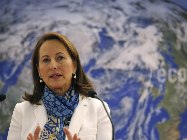Ministra francesa do Meio Ambiente, Ségolène Royal, fala de testes de emissão de poluentes em carros da Renault e 7 outras marcas (Foto: Patrick Kovarick/AFP)