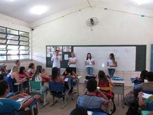 Antes de conceber quadrinhos, estudantes foram até escolar explicar direito dos idoso para alunos de ensino médio (Foto: Arquivo Pessoal)