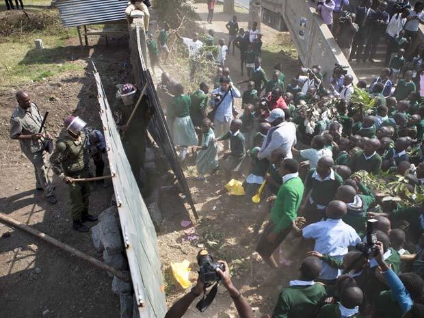 Crianças derrubaram muro construído ao redor de playground da escola em que estudam no Quênia (Foto: AP Photo/Brian Inganga)