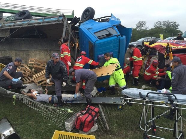 Acidente envolveu caminhão e carro de autoescola na Ayrton Senna, em Itaquaquecetuba (Foto: William Ruiz/ TV Diário)