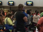 Gente como a gente! Thor Batista encara fila em aeroporto no Rio