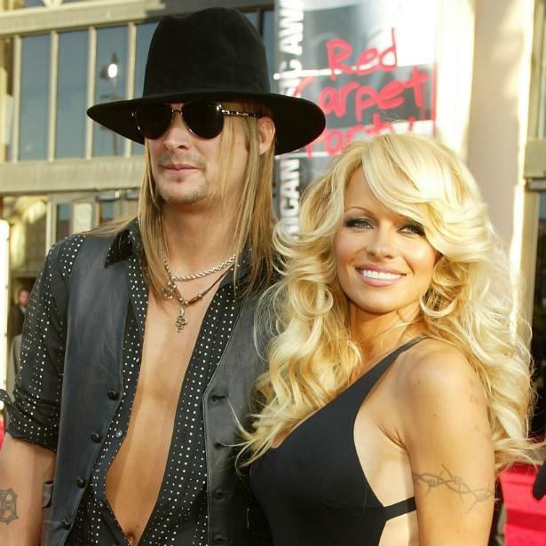 Depois de um namoro cheio de idas e vindas entre 2001 e 2003, Pamela Anderson e Kid Rock decidiram se casar em 2006. Não deu certo. Em 122 dias, ou pouco mais de quatro meses, a atriz e o músico estavam separados de vez. Ela também o processou na Justiça por agredi-la fisicamente. (Foto: Getty Images)