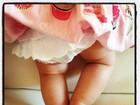 Luciano Huck paparica Eva e posta foto das perninhas fofas da bebê