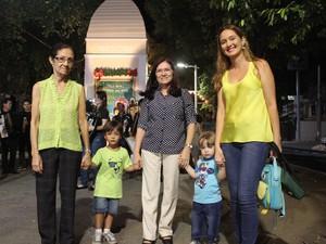 Bancária Andrea Carvalho levou toda a família (Foto: Ellyo Teixeira/G1)