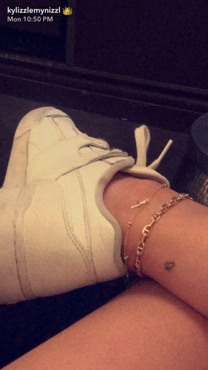Kylie Jenner e Travis Scott tatuaram uma borboleta no tornozelo (Foto: Reprodução Instagram)