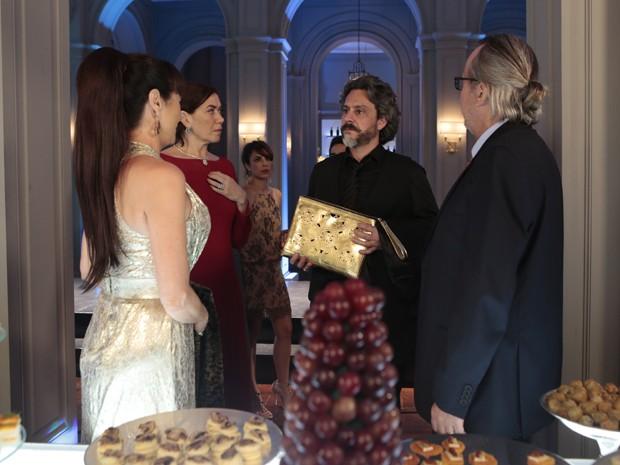 O Comendador pega a bolsa de Magnólia para ver o que tem dentro  (Foto: Artur Meninea/TV Globo)