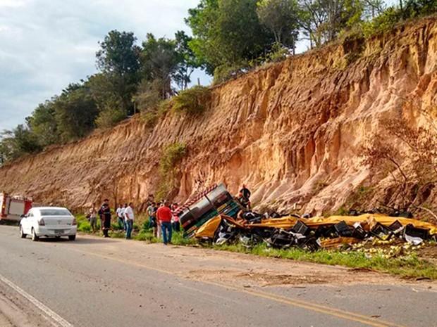 Caminhão estava carregado de maracujá quando tombou na pista (Foto: Viviane Moreira/Site O Povo News)