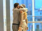 Luana Piovani e Pedro Scooby se beijam durante passeio em shopping