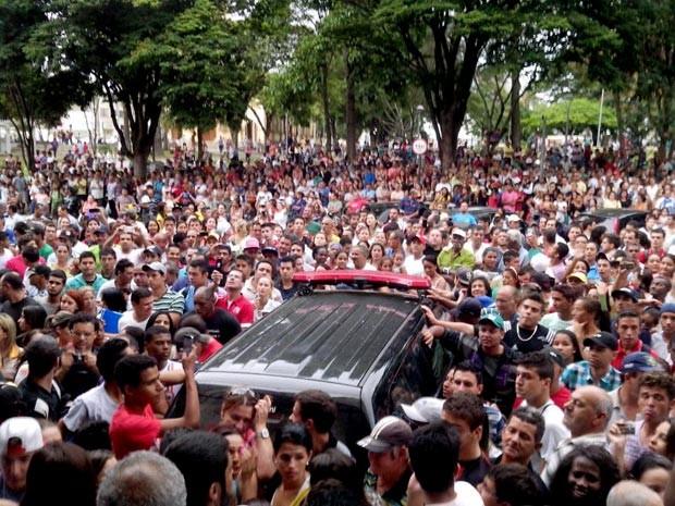 multidão delegacia Itaúna suspeitos assalto morte adolescente Itaúna MG  (Foto: Thiago Carvalho/G1)