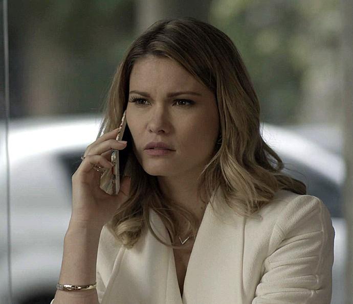 Jéssica recebe ligação de Carmela (Foto: TV Globo)