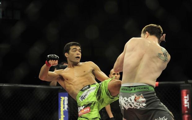 Lyoto acerta chute em CB Dolloway no UFC Barueri (Foto: Marcos Ribolli)