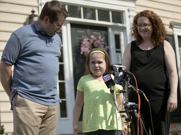 Sarah Murnaghan fala com a imprensa junto com seus pais, Francis e Janet Murnaghan, nesta segunda-feira (23), em frente à casa da família, em Newtown Square (Foto: AP Photo/Matt Rourke)