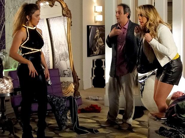 Vestida com as roupas de Rosário, Socorro consegue ser demitida (Foto: Cheias de Charme / TV Globo)