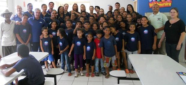 Jogadoras do Campinas fazem doação de alimentos não perecíveis (Foto: Amil/Divulgação)