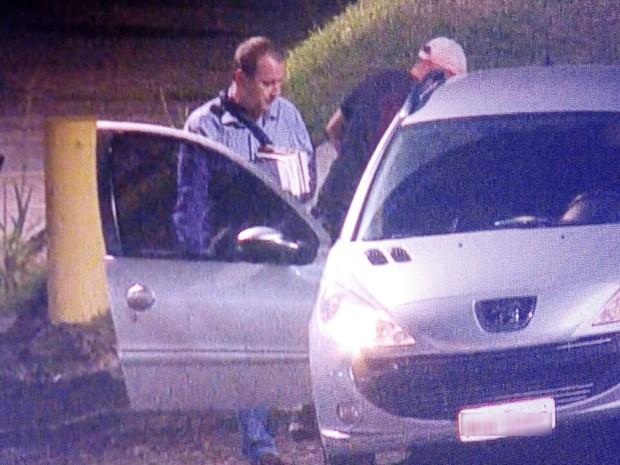 Vereador deixou prisão por volta das 20h30 (Foto: Reprodução/RBS TV)