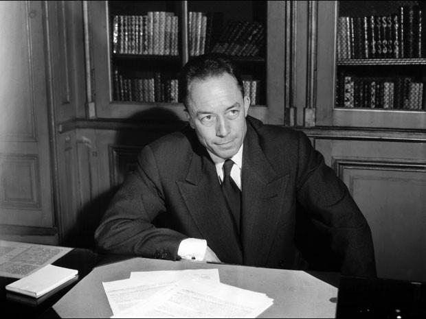 O escritor francês Albert Camus em foto tirada em 17 de outubro de 1957, pouco depois de ele ter sido anunciar ganhador do Nobel de literatura (Foto: Stringer/AFP)