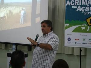 Mateus Paranhos foi o palestrante da rota 2 do Acrimat em Ação sobre Manejo Pré-abate (Foto: Amanda Sampaio/G1 MT)
