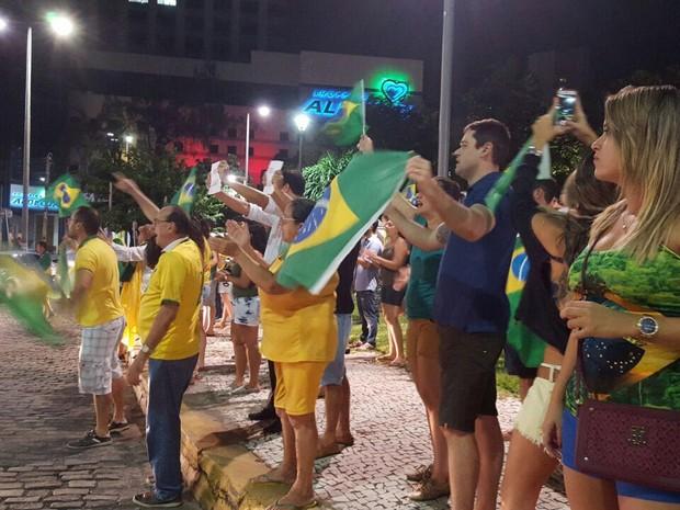 Manifestantes realizam protesto na Praça Portugal (Foto: André Alencar/TV Verdes Mares)