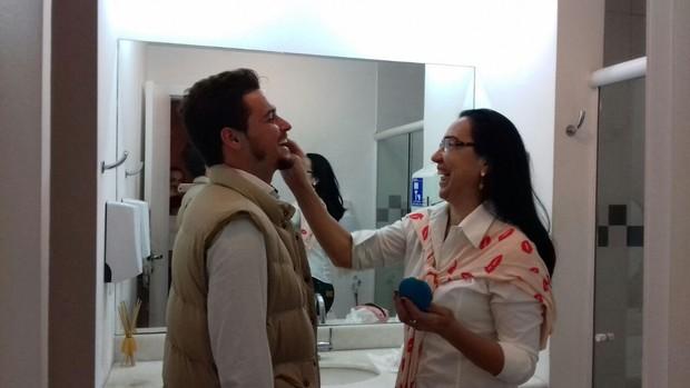 Felipe Dylon sendo maquiado para o clipe (Foto: Divulgação)