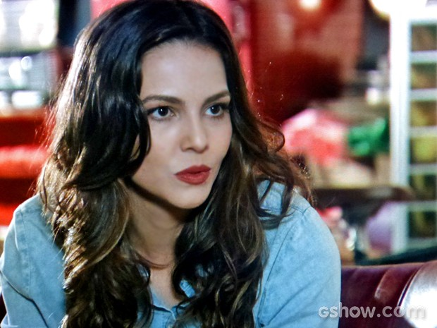 Marina fica preocupada com notícia do pai (Foto: Em Família/ TV Globo)