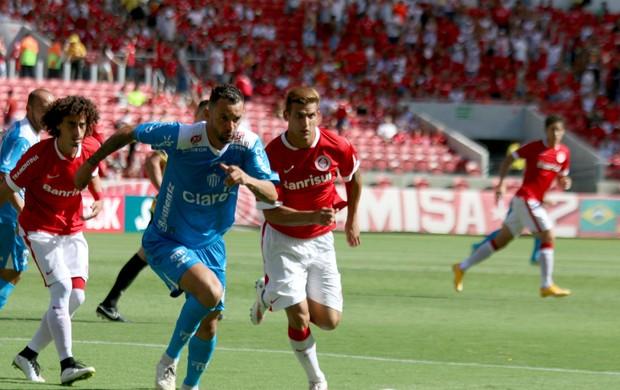 Magrão e Rafael Moura disputam bola