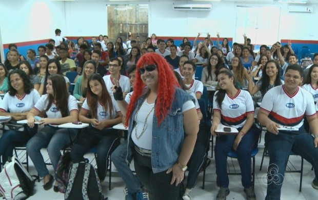 Professora de Roraima inova na hora de ensinar na sala de aula (Foto: Roraima TV)