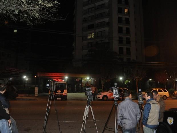 Movimentação em frente ao prédio de Champignon no Morumbi, em São Paulo (Foto: Francisco Cepeda/ Ag. News)