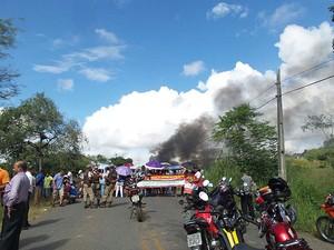 Professores fizeram protesto em via que dá acesso á cidade de Camacã. (Foto: Imagens/ Tv Santa Cruz)