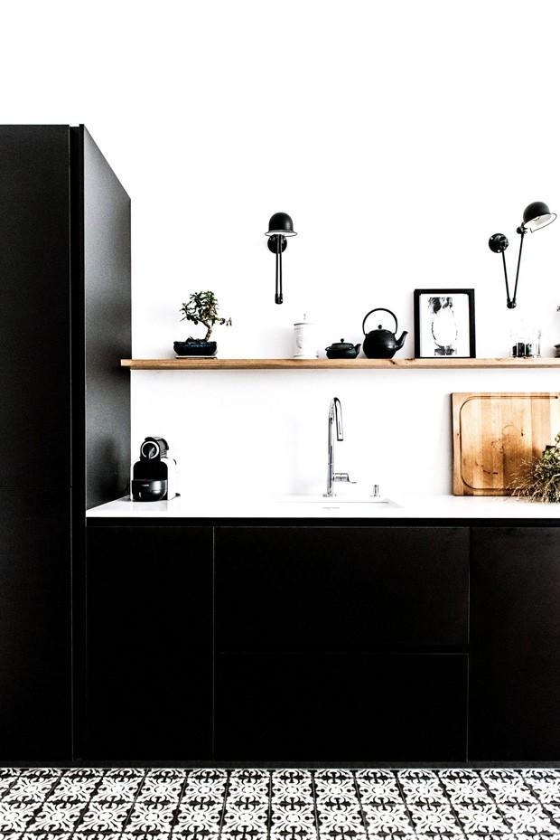Décor do dia: cozinha preta e branca com piso de ladrilho hidráulico (Foto: reprodução)