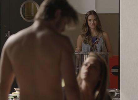 Teaser: Cassandra flagra Lili na cama de Rafael