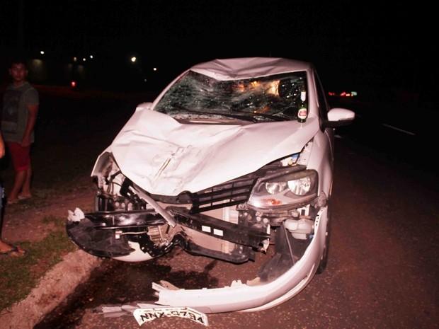 Carro envolvido em colisão foi abandonado pelo motorista no local do acidente. (Foto: Foto: Marcelino Neto)