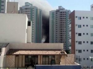 Fumaça de incêndio em obra, em Jardim Camburi, pode ser vista de outros quarteirões. (Foto: Edméa Mônico Salgado/VC no ESTV)