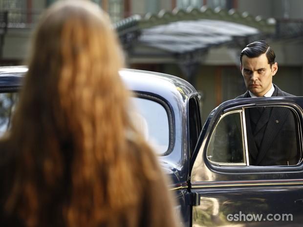 Sílvia vai na mansão atrás de Manfred e deixa vilão assustado (Foto: Inácio Moraes/TV Globo)