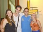 Mateus Solano posa com a mulher e amigos após espetáculo