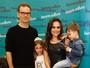 Gabriela Duarte leva os filhos a lançamento de livro do marido