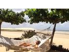Isabella Santoni, de biquíni, relaxa deitada numa rede na praia